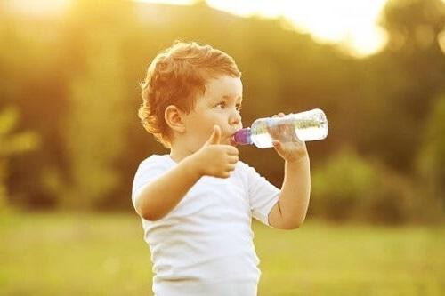 a che età iniziare a bere acqua?